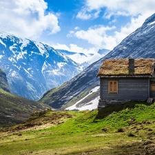 piccola casa isolata in montagna
